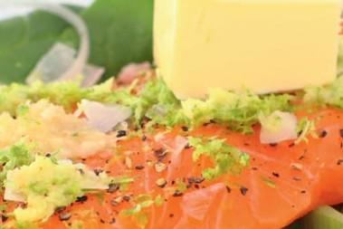 Lax med ingefärs- och vitlökstäcke med limesmör