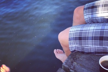 Sitter o dinglar med benen