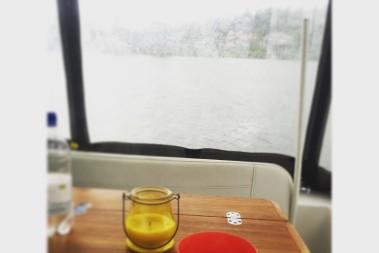 Regn ute, kaffe inne