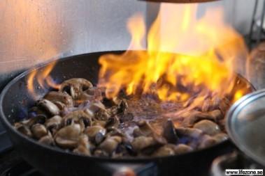 Tillbehör: congac- & smörstekt flamberade champinjoner