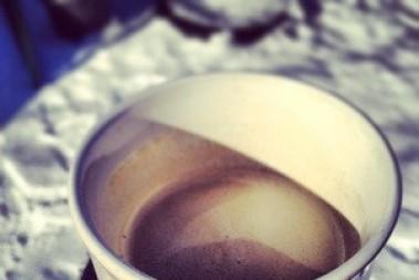 Solsken, kaffe o solglasögon