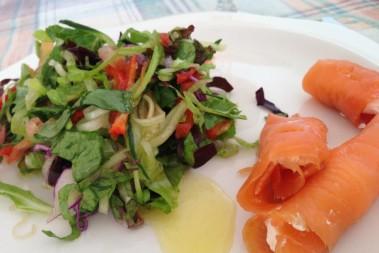 Laxrullar med krämostfyllning – sommrig LCHF lunch