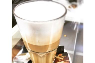 Mörk choklad o kaffe serverat