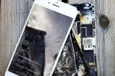 Dotterns iphone exploderade i sängen!