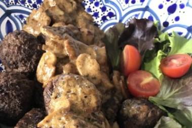 Hemgjorda köttbullar med svampsås